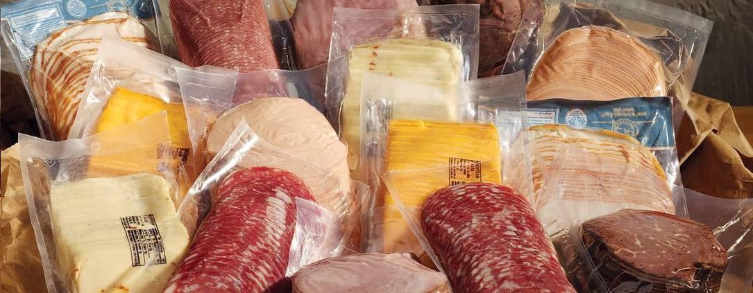 Os sacos plásticos transparentes PEAD para frigoríficos são utilizados para proteger os alimentos como salame, queijo.