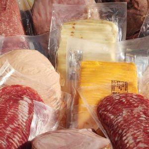 Os sacos plásticos transparentes em PEAD são utilizados para proteger os alimentos.